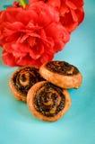 Bollo apetitoso con la amapola adornada con una flor ciánica en un azul Fotos de archivo