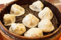 Bollo cocido al vapor chino relleno con cerdo jugoso Fotos de archivo