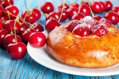 Bollo con la cereza roja Foto de archivo