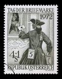 Bollo dall'Austria che illustra giorno del bollo della posta Il postino ha portato alla signora una lettera Fotografia Stock