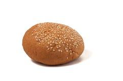 Bollo de hamburguesa con las semillas de sésamo aisladas en un fondo blanco Fotografía de archivo libre de regalías