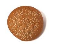 Bollo de hamburguesa con las semillas de sésamo aisladas en un fondo blanco Imágenes de archivo libres de regalías