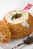 Sopa de almejas en cuenco del pan imagen de archivo
