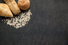Bollo del pan con las escamas de la avena Foto de archivo libre de regalías