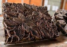 Bollo di legno tradizionale del batik con il motivo del fiore dall'isola di Bali Fotografie Stock Libere da Diritti