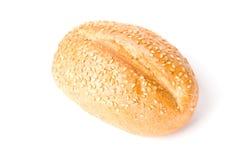 Bollo francés con los granos aislados en blanco. Imagen de archivo