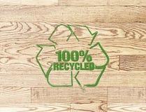 Bollo riciclato del segno sul fondo di legno della plancia Fotografia Stock