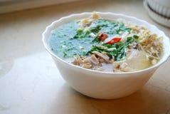 Bollo Thang - plato vietnamita tradicional con el pollo, el jamón y los huevos destrozados que es adornado por el cilantro tajado Imagen de archivo libre de regalías