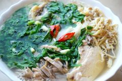 Bollo Thang - plato vietnamita tradicional con el pollo, el jamón y los huevos destrozados que es adornado por el cilantro tajado Fotografía de archivo libre de regalías