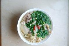 Bollo Thang - plato vietnamita tradicional con el pollo, el jamón y los huevos destrozados que es adornado por el cilantro tajado Fotos de archivo