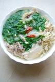 Bollo Thang - plato vietnamita tradicional con el pollo, el jamón y los huevos destrozados que es adornado por el cilantro tajado Imagen de archivo