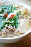 Bollo Thang - plato vietnamita tradicional con el pollo, el jamón y los huevos destrozados que es adornado por el cilantro tajado Fotos de archivo libres de regalías