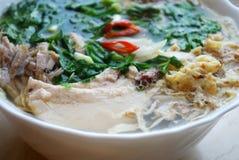 Bollo Thang - plato vietnamita tradicional con el pollo, el jamón y los huevos destrozados que es adornado por el cilantro tajado Foto de archivo libre de regalías