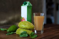 Bollos, aguacate, espinaca del frech y vidrio verdes redondos de jugo Imagen de archivo libre de regalías