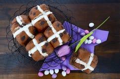 Bollos cruzados calientes del chocolate de Pascua Imagenes de archivo