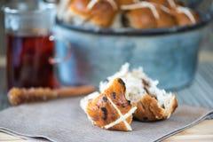 Bollos cruzados calientes mezclados hechos en casa de pascua de la fruta y del canela Fotografía de archivo libre de regalías