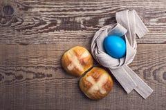 Bollos cruzados calientes y huevo hechos en casa, visión superior de Pascua Fotos de archivo