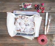 Bollos de canela con la formación de hielo del queso cremoso en un plato de la hornada con Chri Foto de archivo libre de regalías
