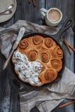 Bollos de canela hechos en casa frescos Rolls con la formación de hielo del queso cremoso Imagen de archivo