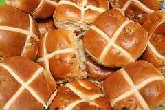 Bollos de la caliente-cruz de Pascua Imágenes de archivo libres de regalías
