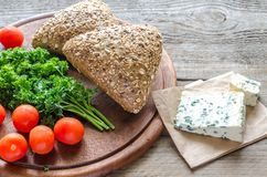 Bollos de la linaza con queso verde y tomates Foto de archivo libre de regalías