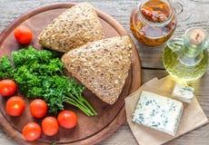 Bollos de la linaza con queso verde y tomates Foto de archivo