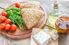 Bollos de la linaza con queso verde y tomates Fotografía de archivo libre de regalías