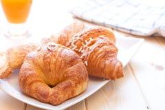 Bollos de leche y zumo de naranja para el desayuno Imagen de archivo libre de regalías