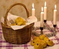 Bollos del azafrán en una cesta Imagen de archivo libre de regalías