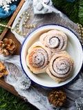 Bollos del rollo de canela con las decoraciones de la Navidad Visión superior vertical Foto de archivo libre de regalías