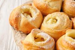 Bollos dulces hechos en casa de la levadura con el relleno del queso Imágenes de archivo libres de regalías