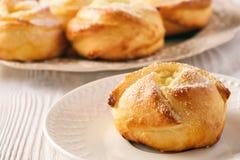 Bollos dulces hechos en casa de la levadura con el relleno del queso Foto de archivo libre de regalías