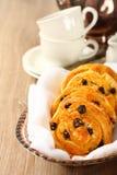 Bollos dulces libres del remolino del gluten fresco con las pasas Foto de archivo libre de regalías