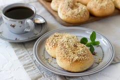 Bollos dulces rumanos y de Moldavia tradicionales bajo la forma de ocho con las migas del esmalte y de la nuez de la miel fotografía de archivo
