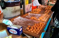 Bollos fritos en el mercado callejero coreano en Seul fotos de archivo