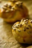 Bollos hechos en casa con las semillas de girasol Imagenes de archivo