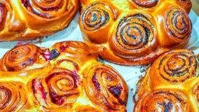 Bollos o rollos de pan dulces recientemente cocidos, primer Foto de archivo