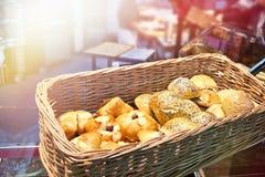 Bollos recientemente cocidos en cesta en la panadería Fotos de archivo