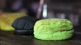 Bollos sintéticos de la hamburguesa con el sabor y los colores artificiales, aditivos alimenticios químicos almacen de video