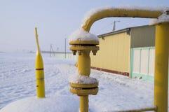 Bollventil på en gasledning som täckas med snö Arkivbild