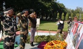 Bollywood aktris Kangna Ranaut som betalar vördnad till martyr under ett besök till lägret för BSF-` s Paloura i Jammu Arkivbild