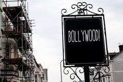 Bollywood för ordhandstiltext Motivational appell Affärsidé för bräde för svart för tappning för bio för underhållning för Hollyw Fotografering för Bildbyråer