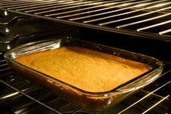 Cozimento do bolo de milho no forno fotografia de stock royalty free
