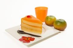 Bolo alaranjado com laranja fresca e o suco isolados no fundo branco Fotografia de Stock Royalty Free