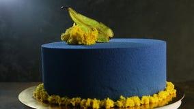 Bolo azul bonito decorado com pera secada vídeos de arquivo