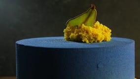 Bolo azul do close up decorado com pera secada video estoque