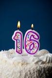 Bolo: Bolo de aniversário com aniversário das velas For16th imagem de stock