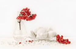 Bolo branco da merengue com um ramo do viburnum no vaso transparente de vidro imagens de stock