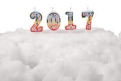 Bolo branco da neve com velas 2017 (Trajeto de grampeamento) Fotografia de Stock