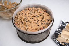 Bolo britânico tradicional da Páscoa do bolo de Simnel em uma lata de cozimento pronta para cozer Foto de Stock Royalty Free